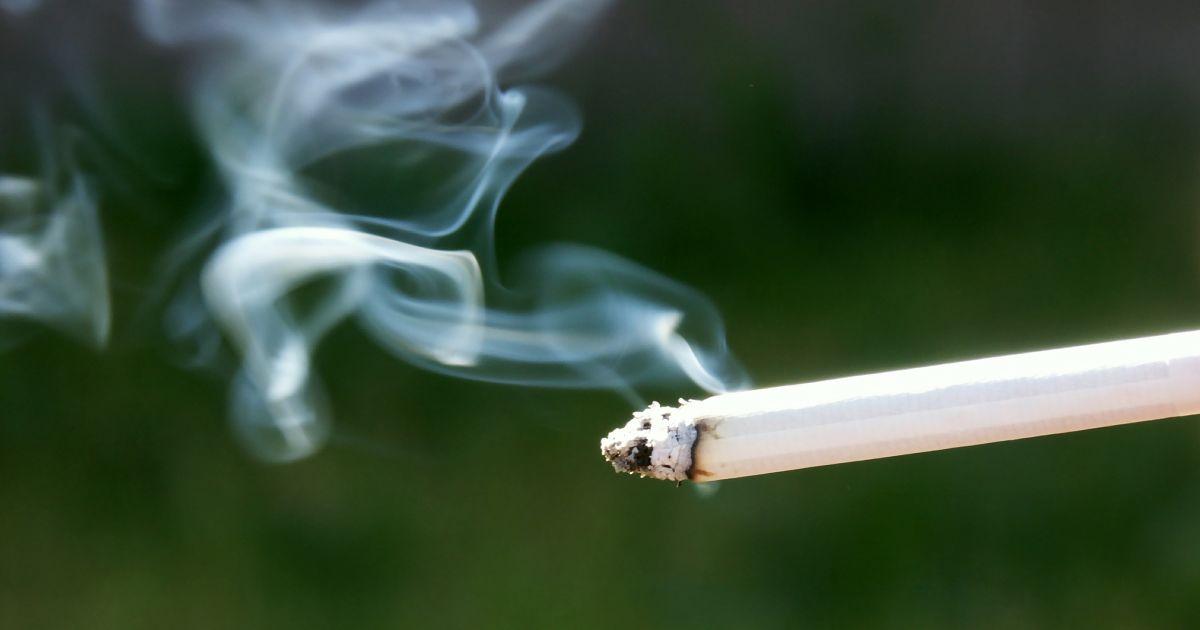 Как убрать запах сигареты с одежды