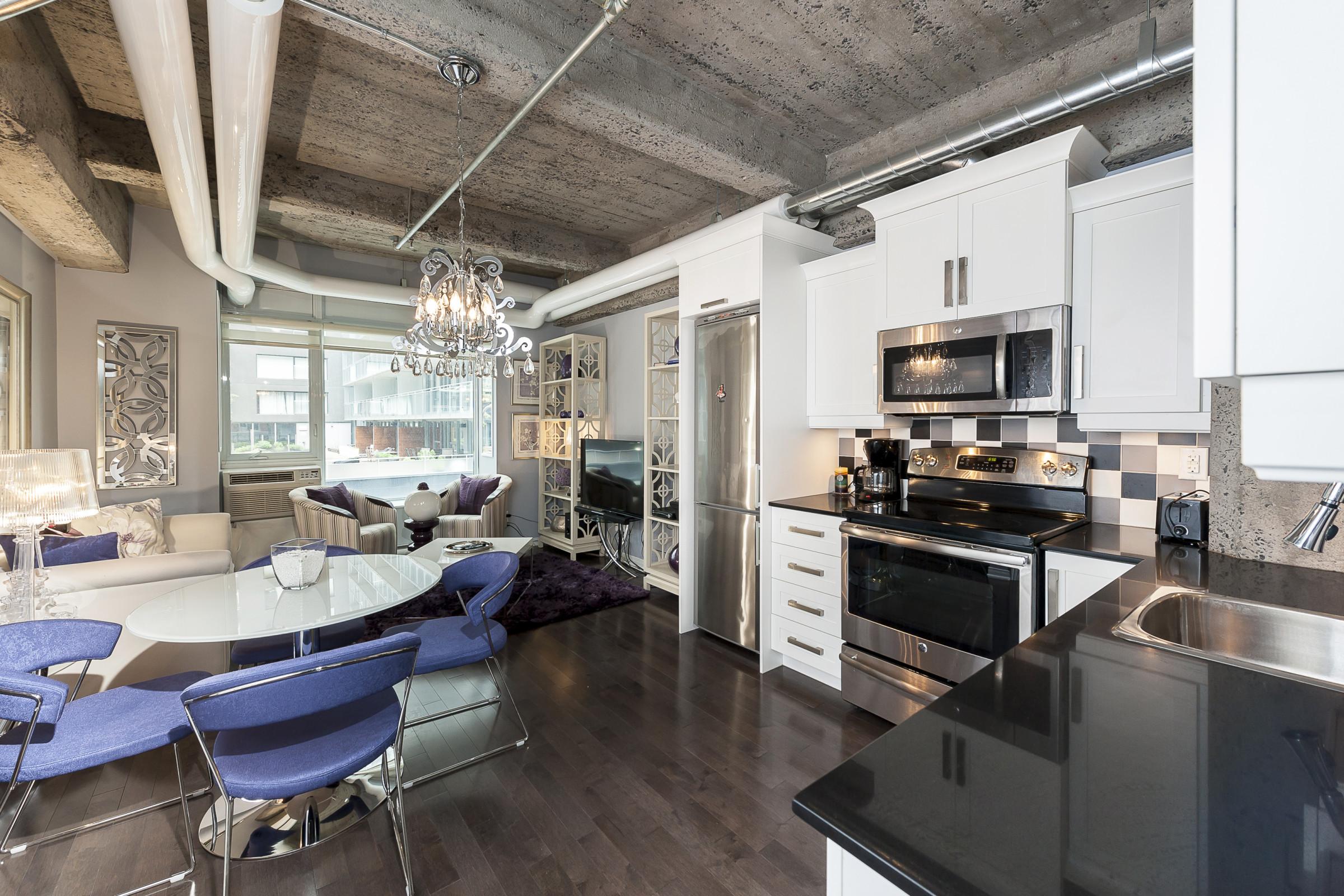 Situé Au Centre Ville De Montréal Près De La Place Des Arts Sur La Rue  Mayor, Ce Loft Luxueux De 595 Pieds Carrés Comprend 1 Chambre Et Une Sdb.