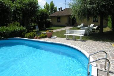 Hyr vackert gammal hus nära Florens med pool.