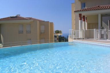 20 kvadratmeter terass och pool gör denna våning till en pärla