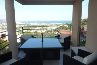 Fin lägenhet med härlig terrass som bjuder på hänförande utsikt