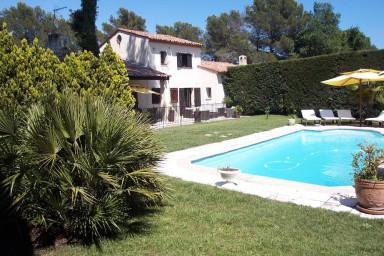 Trevlig villa med inbjudande grönskande tomt och privat pool