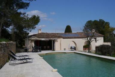 Modernt inredd semestervilla med stor pool och flera terrasser