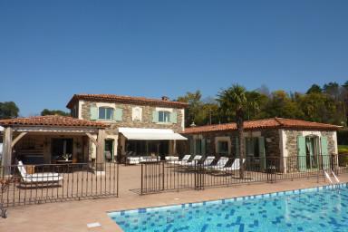 Vackert hus med pool och grönskande trädgård om 3500 kvadratmeter