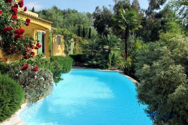 Enastående semesterhus med fantastisk trädgård och generös pool