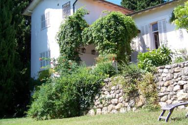 Vackert renoverat hus med stor grönskande tomt