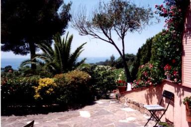 Smakfull villa med pool och härlig prunkande trädgård