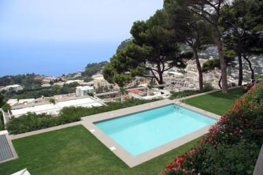 Traditionell villa i Capris med pool och utsikt över bukten