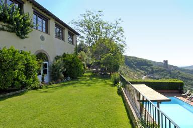 Stor traditionell villa med pool med utsikt över dalen