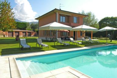 Modern semester villa med pool i ett lugnt område i Toscana