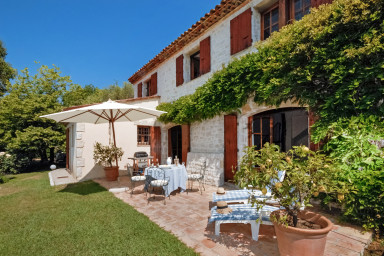 Smakfull villa med underbar terrass, pool och boulebana
