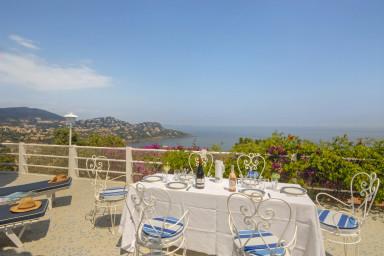 Tilltalande villa med praktfullt läge inbjudande pool och hänförande utsikt