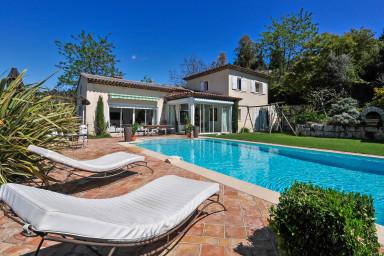 Härligt ljus i denna moderna villa med pool