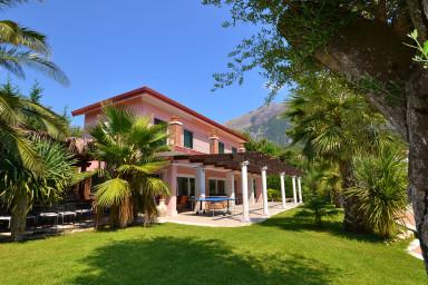 Stor villa med vacker trädgård och plats för hela familjen