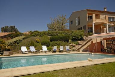 Rymlig villa med underbar panoramautsikt över bergkullarna