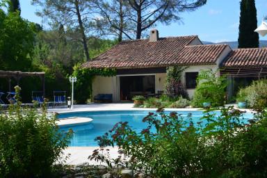 Avskild villa med pool med plats för familjen