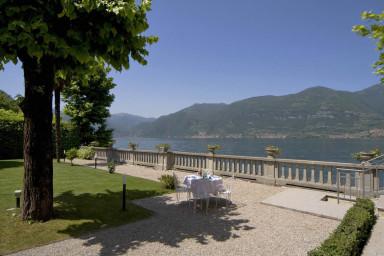 Stor klassisk italiensk villa med idylliskt läge vid Comosjön