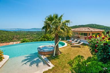 Lyxig villa med pool och härlig havsutsikt