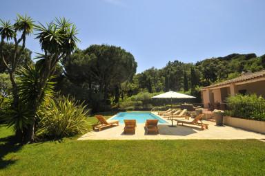 Modern villa med härlig pool och uteplats