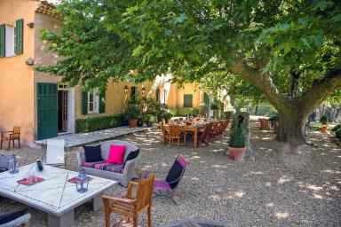 Stor traditionell fransk villa med vacker gård