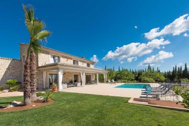 Smakfullt inredd villa med pool och vacker tillhörande trädgård