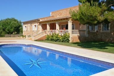 Vacker villa med naturtomt och pool