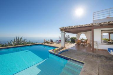 Vacker villa med pool och hänförande havsutsikt
