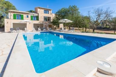 Vacker nybyggd villa med pool och stor trädgård