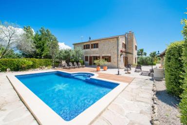 Läcker och stilren villa med pool och en prunkande fruktträdgård