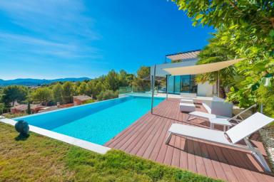 En spektakulär och lyxig villa med pool och en storslagen utsikt