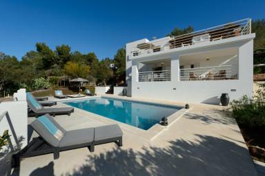 Underbart stor pool vid detta vackra hus med havsutsikt och närhet till allt