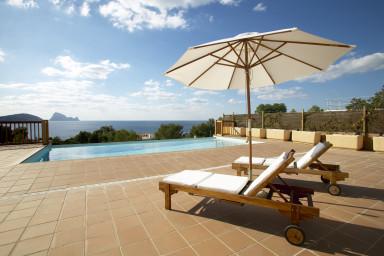 Fin villa med stor tomt, pool, tennisbana och rymlig terrass med enastående utsikt