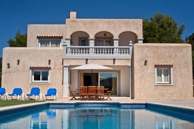 Villa med underskön grönskande trädgård och härlig pool
