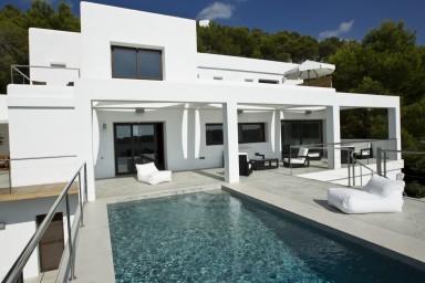Trendig villa om 4 våningar med hänförande utsikt och 2 utomhuspooler