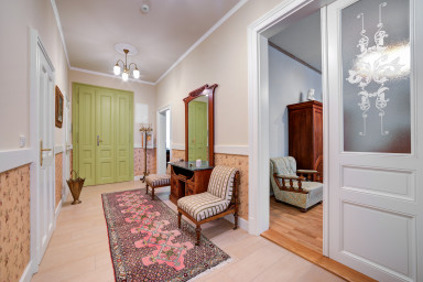 Deluxe Apartment with period furniture in Bishop residence