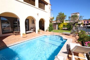 Maison d'exception avec piscine et amarrage 18,60m