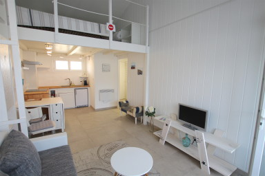 Renovated 2-room apartment with a large balcony close to the center