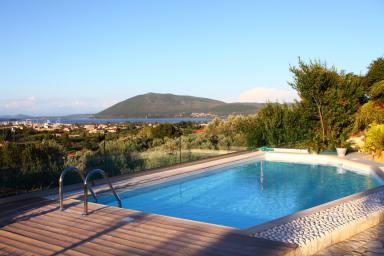 Vila Phedra - amplasată pe un deal lângă orașul Lefkada