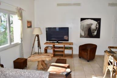 Le salon spacieux, avec une grande Télévision