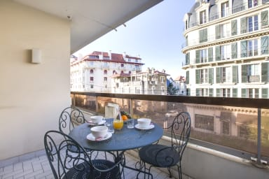 Grand appartement à Biarritz, balcons et parking, 350m plage - W201