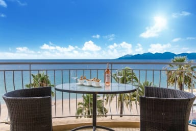 Spacious flat with breathtaking sea view, walk along beach to Cannes center