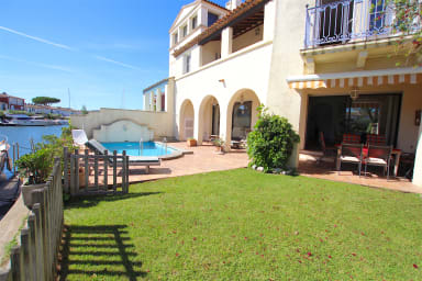 Exceptional house with a swimming-pool and a 18,60m mooring