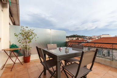 Top-floor and renovated apartment with patio at 2 min from everything !