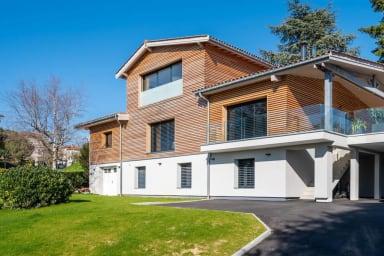 Les Muriers - Belle maison moderne bardée de bois
