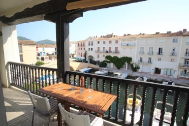 Fully renovated 2-room apartment with A/C, a large balcony in the center