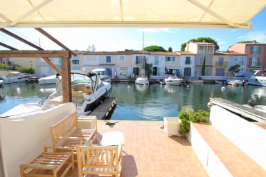Lovely house with a mooring - private area.