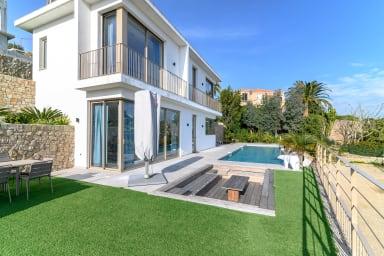 Villa contemporaine avec piscine à débordement et vue mer dans les hauteurs