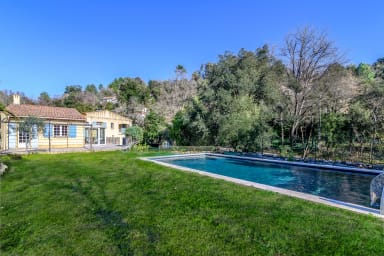 Belle villa dans un espace vert situé à Biot