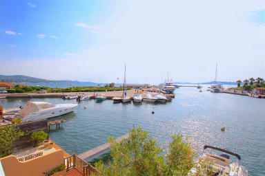 Renovated 2-room apartment with seaview and a 12m mooring