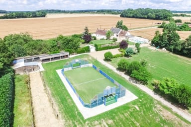 Terrain multisports et villa avec piscine